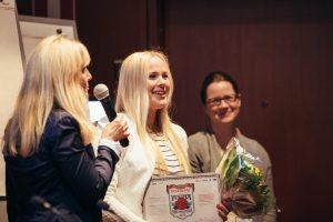 Vuoden kesätyöntekijä 2016 -voittaja saa palkintonsa. Kuva: Niko Jekkonen