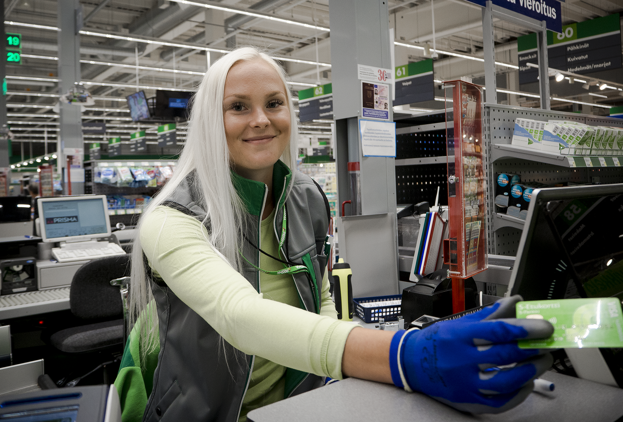Janina on kesätöissä S-ryhmän Prismassa myyjänä. Kuva: Siiri Huttunen